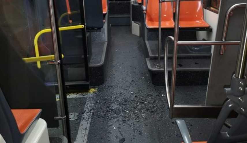 Nuovo raid su bus Napoli, in frantumi vetro uscita emergenza