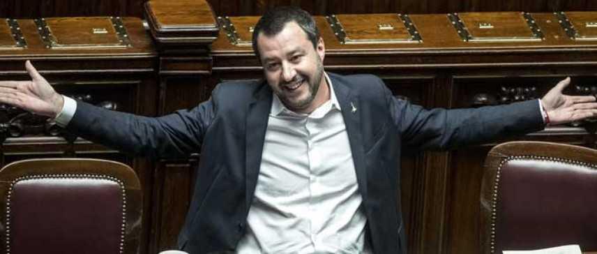 """Salvini apre la crisi di governo e si candida a premier """"gli italiani mi diano pieno potere"""""""