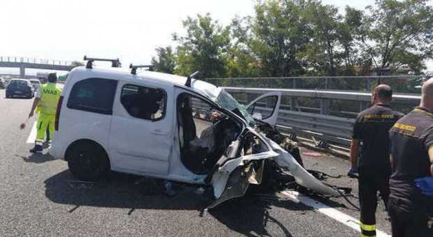 Tragedia su A2, incidente stradale, morto padre e figlio in viaggio a casa per le ferie