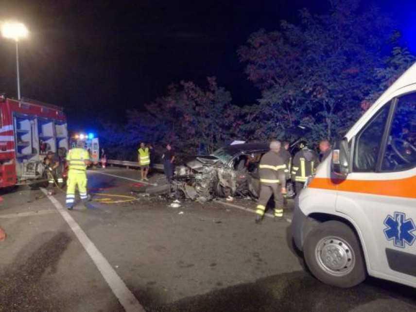 Incidenti stradali: SS 106 scontro tra 2 auto, un morto e 5 feriti