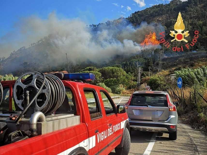 In fiamme le colline di copanello evacuate le abitazioni in azione i VVF