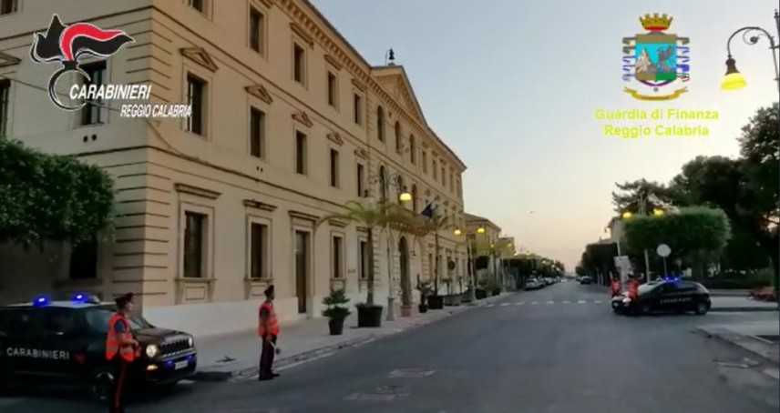 Ndrangheta: estorsioni e monopolio cimitero Locri, 4 arresti