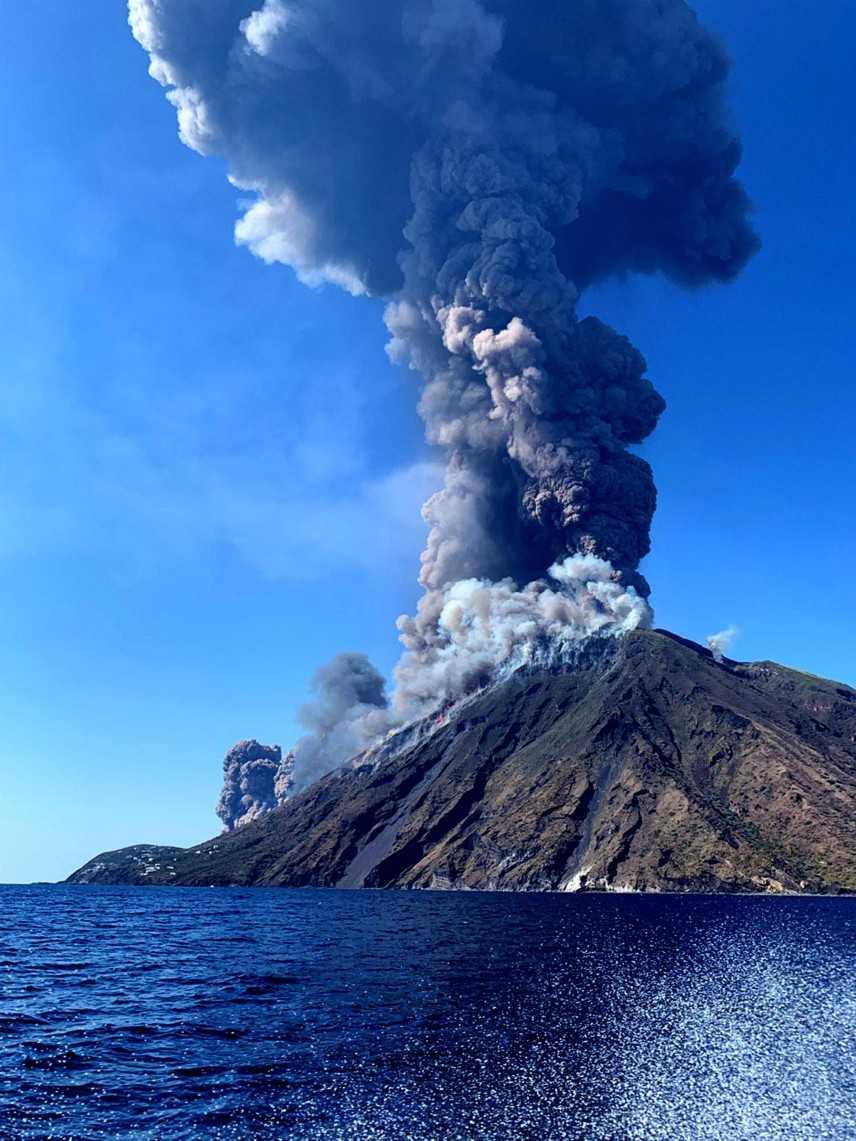 Forte esplosione sullo stromboli cenere e lapilli su tutta l'isola (Video)