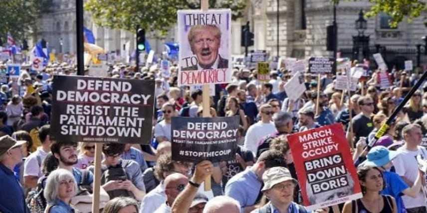 Londra: migliaia di manifestanti protestano contro la sospensione del parlamento britannico