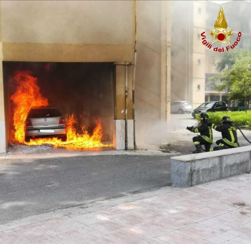 Incendio autovettura, tensione nel centro di Crotone, intervento dei VVF